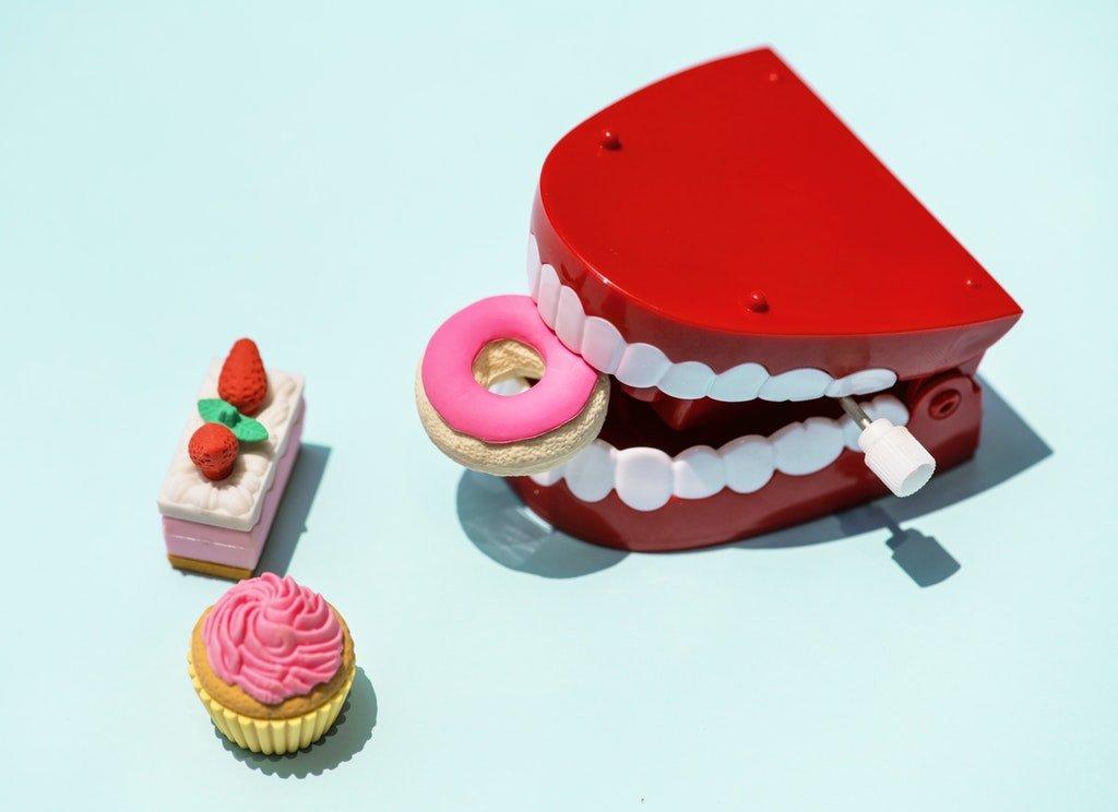 Швидке, надійне і естетичне протезування зубів? Вам до імплантолога!